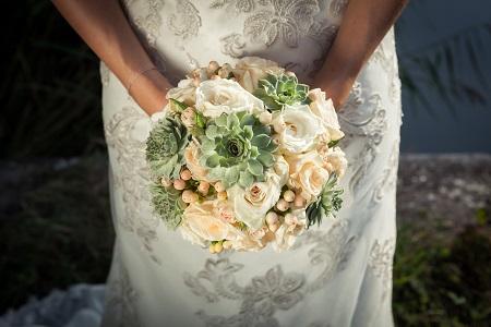 Dem Omen zufolge heißt es für die Fängerin des Straußes, dass sie als Nächste heiraten wird. (#03)