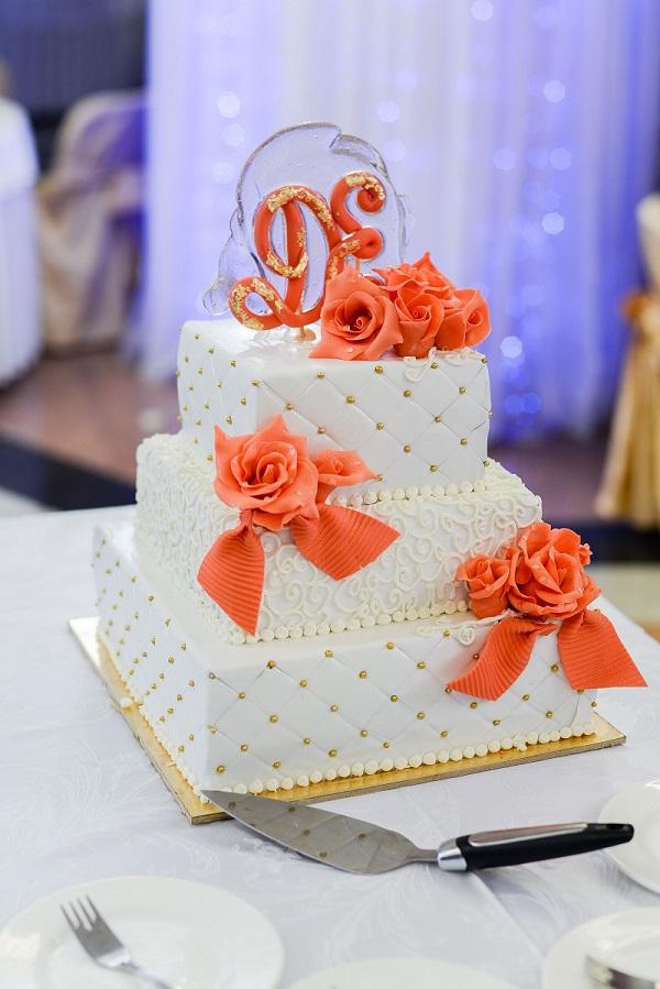 Quadratische Hochzeitstorte in weiß-orange. (#07)