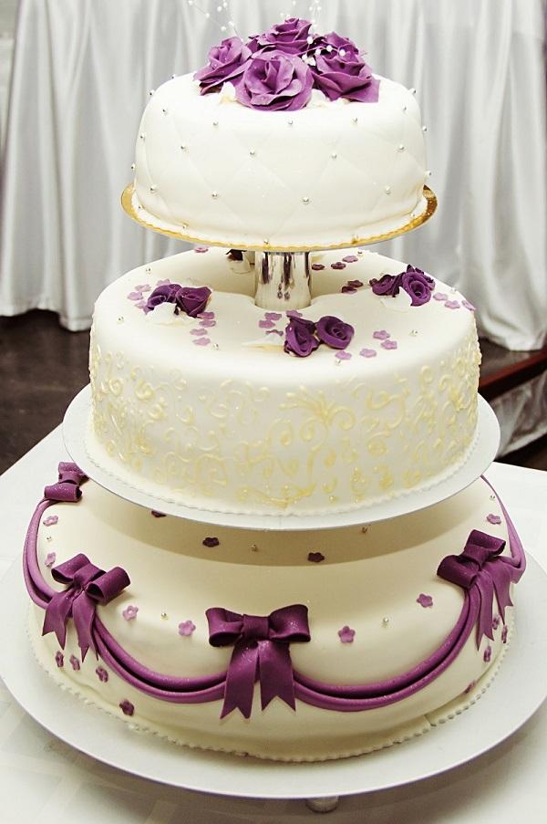 Dreistöckige Hochzeitstorte in weiß-lila. (#06)