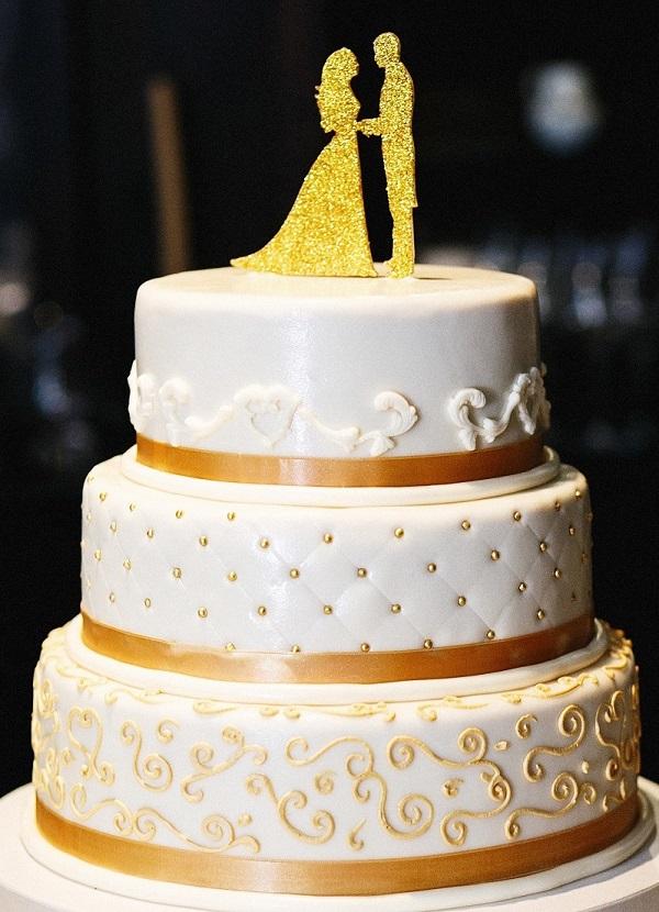 Dreistöckige Hochzeitstorte in gold-weiß. (#10)