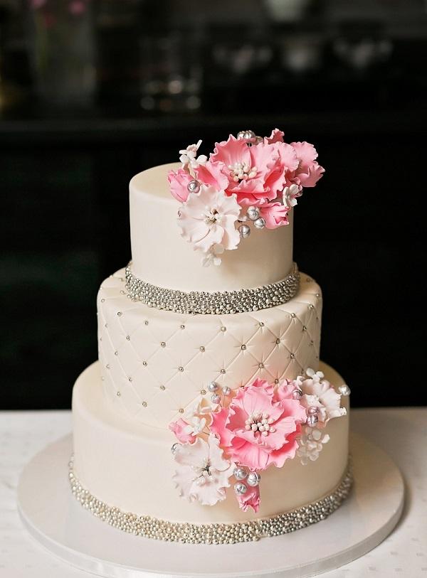Dreistöckige Hochzeitstorte mit Blumen. (#09)