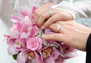 So kennen es die meisten. Denn der Ehering wird in Deutschland aus langer Tradition heraus, an der rechten Hand getragen.