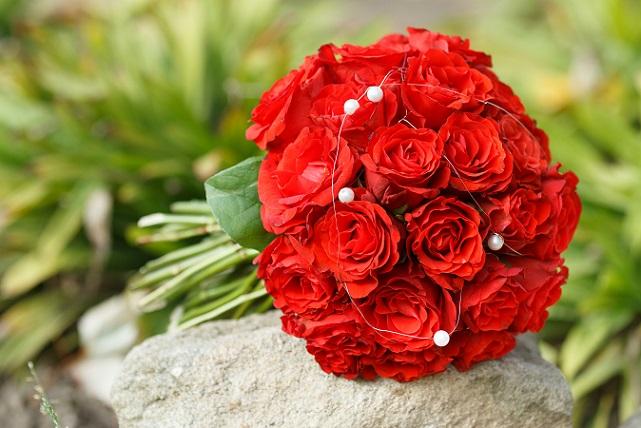 Seit wir denken können, heiraten Bräute immer mit einem Strauß Blumen in der Hand. (#01)