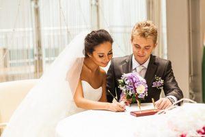 Der Ehevertrag ist ein Vertrag, der bei einem Notar erstellt wird, von Eheleuten geschlossen wird und deren Besitzverhältnisse im Falle einer Scheidung regelt. (#01)