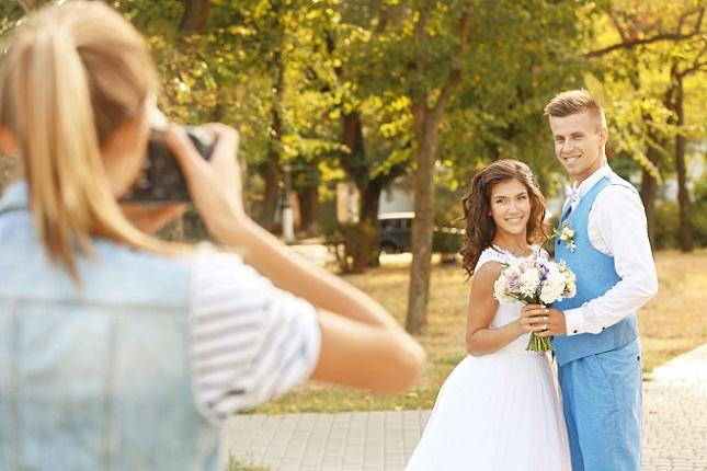 Die meisten Fotografen präsentieren sich mit einer eigenen Seite im Internet. Hier kann man sich dann einige Hochzeitsfotos anschauen. (#01)