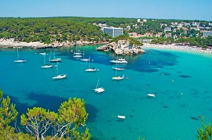 Auf einem kleinen Hügel auf Menorca ist das hochwertige Hotel gelegen.