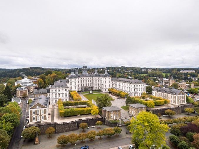 Das Schloss Bensberg in Bergisch Gladbach gilt als eine der Top Locations. Es ist ein fünf Sterne Hotel mit Panorama-Blick auf den Kölner Dom. (#11)