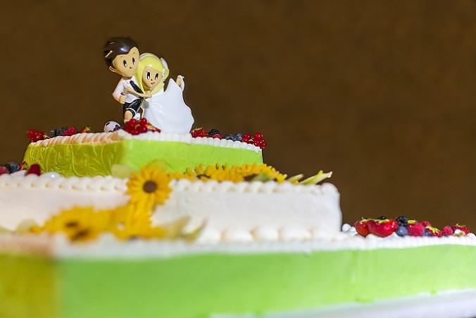 Cake-Topper gibt es aus Holz, Hartplastik, Porzellan, Glas und Gips oder essbar aus Marzipan oder Zuckerguss. (#02)