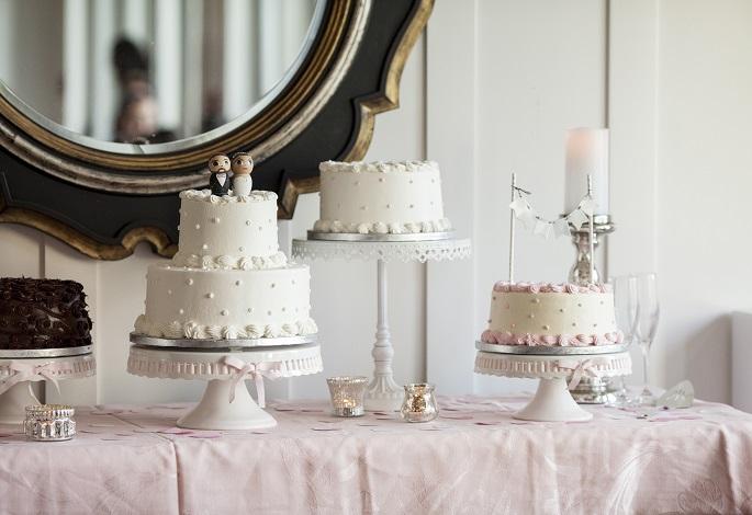 Die Hochzeitstorte kann also in verschiedenster und schönster Weise gekrönt werden. (#03)