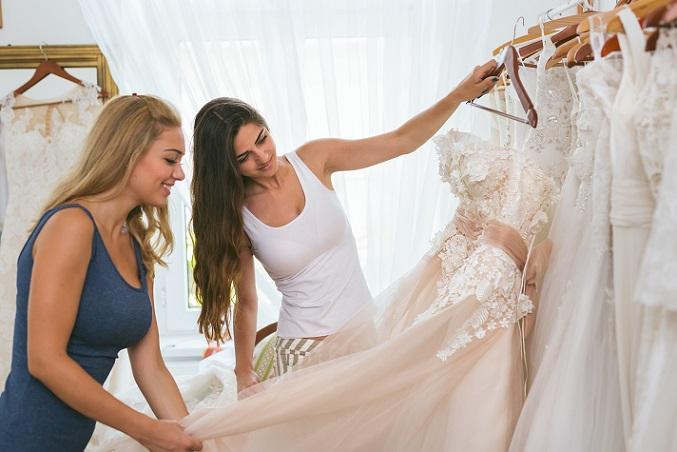 Hochzeitskleider werden oft sehr teuer gekauft, jedoch nur ein einziges Mal getragen. Darum landen viele Brautkleider schon wenige Wochen nach der Hochzeit im Second Hand Laden. (#01)