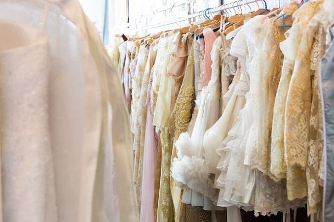 Hochzeitskleider ohne jeden Makel werden meistens für 70 oder 80 % des Originalpreises verkauft. Es ist sinnvoll, diesen Originalpreis und auch die Marke bzw. den Designer mit anzugeben. (#03)