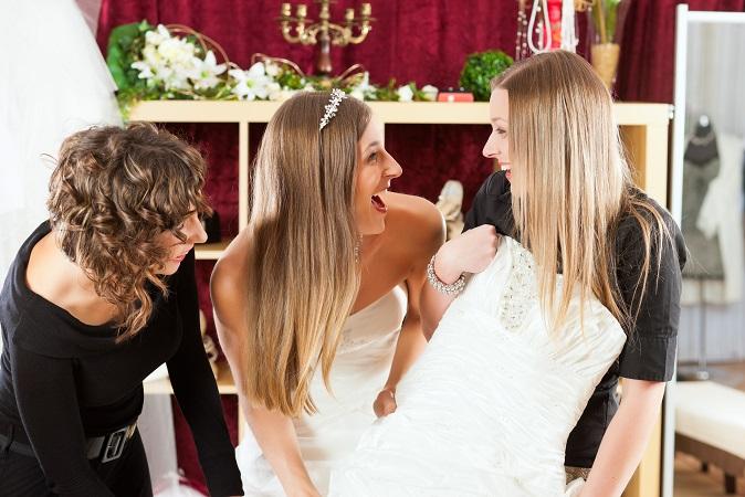 Frauen, die ihre Brautkleider verkaufen möchten, informieren sich oft bei ihren Freundinnen und den nächsten Second Hand Shops. (#02)
