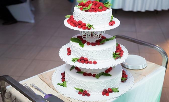 Bei einer Hochzeitstorte mit Etagere ist man nicht an die Anzahl der Stockwerke gebunden. Ihr könnt wählen, ob die einzelnen Etagen freistehen oder nah beieinanderliegen sollen. (#03)