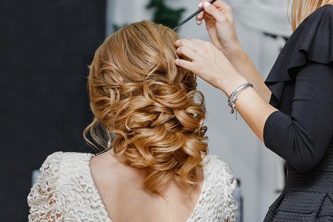 Habt ihr einen Lieblingsfriseur? Dann macht einen Termin für das Probestecken der Brautfrisur aus. Viele Friseure bieten auch ein Braut-Make-Up an — sehr praktisch! (#08)