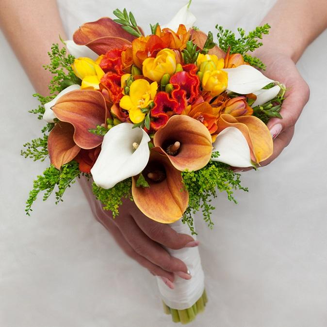 Noch heute werden gerne Blumen entlang ihrer traditionellen Bedeutung liebevoll und bedacht für den Brautstrauß ausgesucht. (#01)