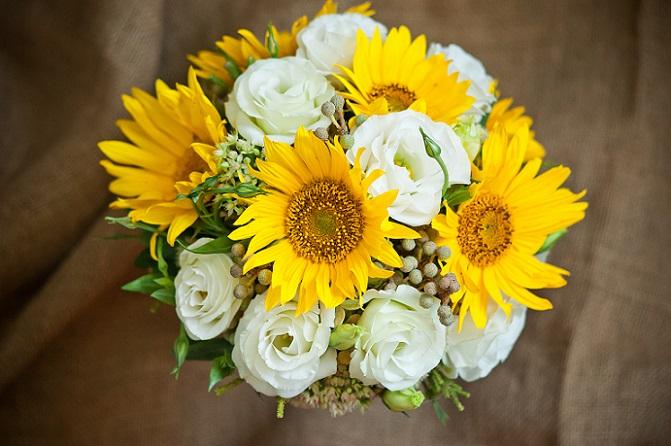 """Die Sonnenblume symbolisiert das Strahlen eines unvergesslichen Sommers und steht damit für Fröhlichkeit, Wärme und Zuversicht. Sie übermittelt die Nachricht: """"Ich mag dich"""". (#03)"""
