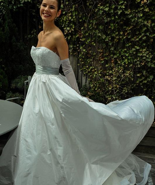 Empire-Kleid mit einer hohen Taillen-Naht unterhalb der Brust noch besser. (#02)