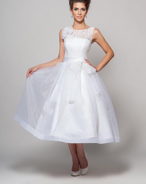 Sehr gut geeignet ist ein Kleid, das oben anliegt und im unteren Bereich über einen weiten, flatternden Rock verfügen. (#03)