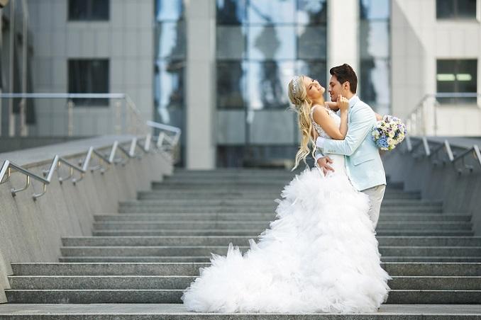 """Jede Frau hat ihre """"Problem-Zonen"""", aber mit dem richtigen Schnitt werdet Ihr an Eurer Hochzeit umwerfend toll aussehen! Ziel ist es, dass Ihr Euch pudelwohl fühlt und eins mit dem Kleidchen werdet. Dann passt's! (#06)"""