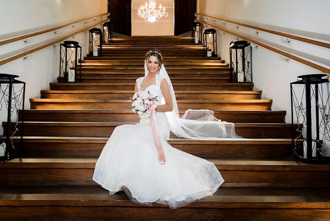 Wie viel Hochzeitskleider kosten, hängt zum Beispiel vom verwendeten Material, dem Schnitt und der Fertigung ab. Wer sich ein Kleid von der Stange aussucht, wird immer deutlich weniger bezahlen, als bei einer Maßanfertigung. (#01)