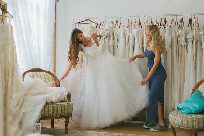 Eine Sparmöglichkeit ist der Kauf eines gebrauchten Kleides. Auf speziellen Börsen und Marktplätzen für Brautkleider im Internet werden gebrauchte Hochzeitskleider günstig angeboten, die früher vielleicht mehrere tausend Euro gekostet haben. (#02)