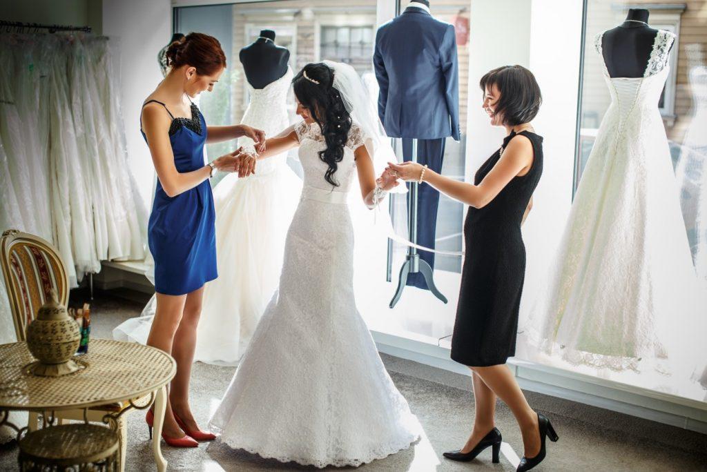 Eine Braut mit zierlicher Figur wird schmal geschnittene Hochzeitskleider mögen. (#6)
