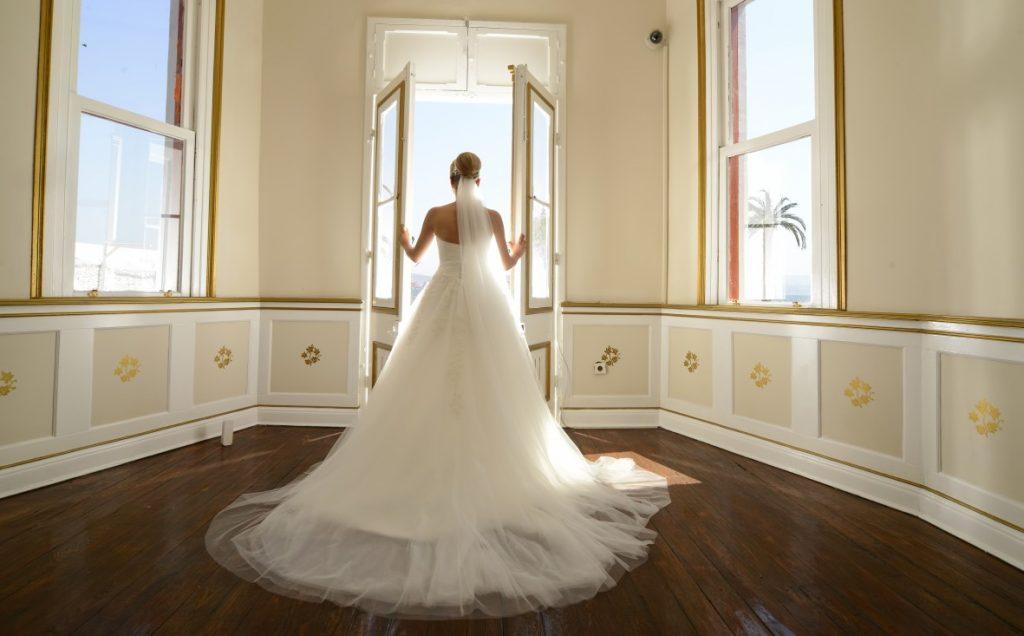 Brautkleid im Stil eines glamourösen Ballkleids. (#13)