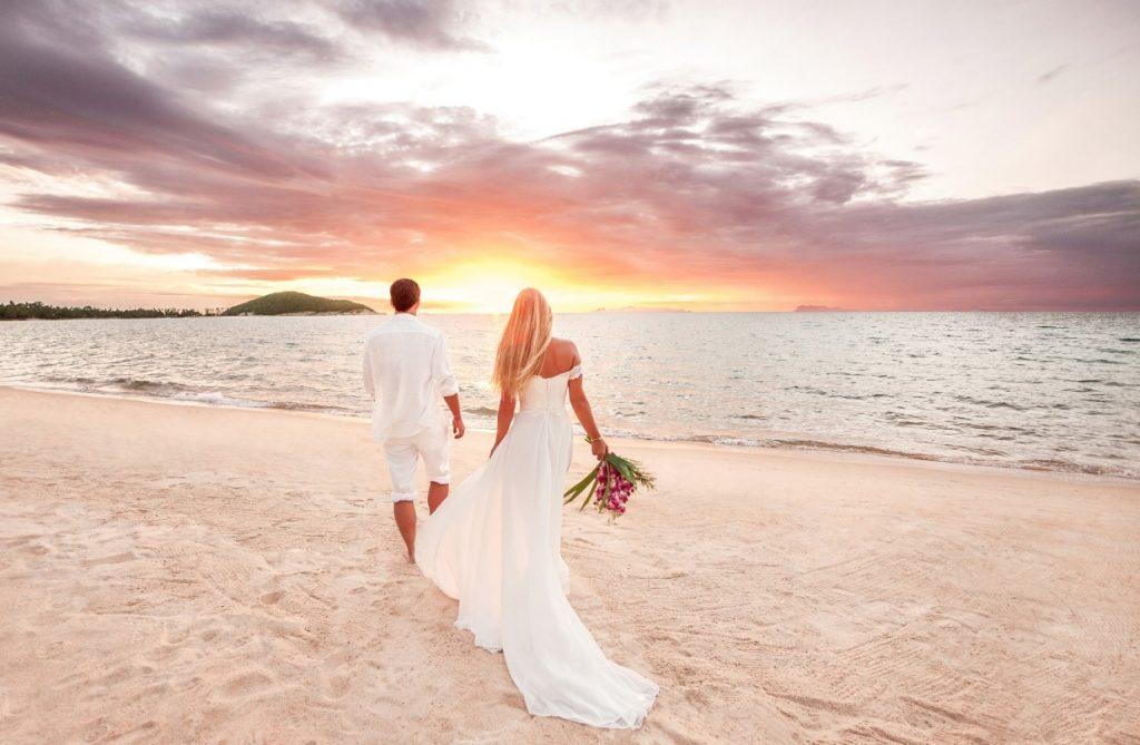 Dieses Hochzeitskleid verzaubert mit femininer und glamouröser Linienführung. (#15)