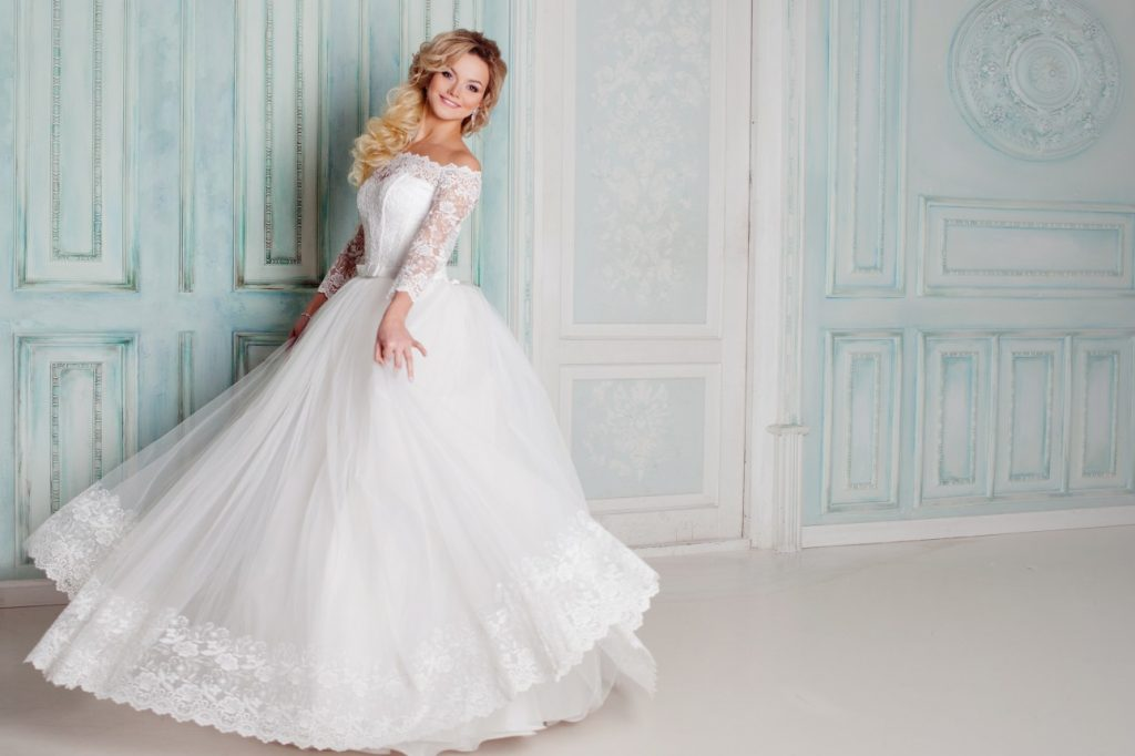 Ein Hochzeitskleid als Spitzenkleid mit Carmen-Ausschnitt und feinem Spitzenbesatz.(#19)