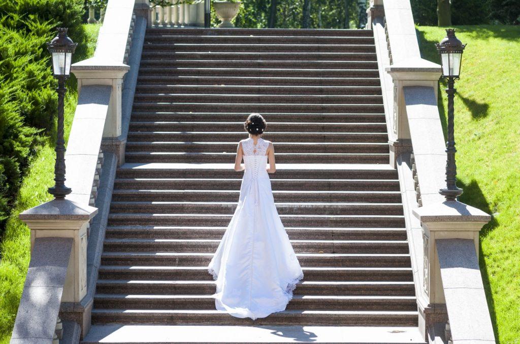 Ein wunderschönes Hochzeitskleid mit Spitzenbesatz an Büste und Schulterbereich. (#20)