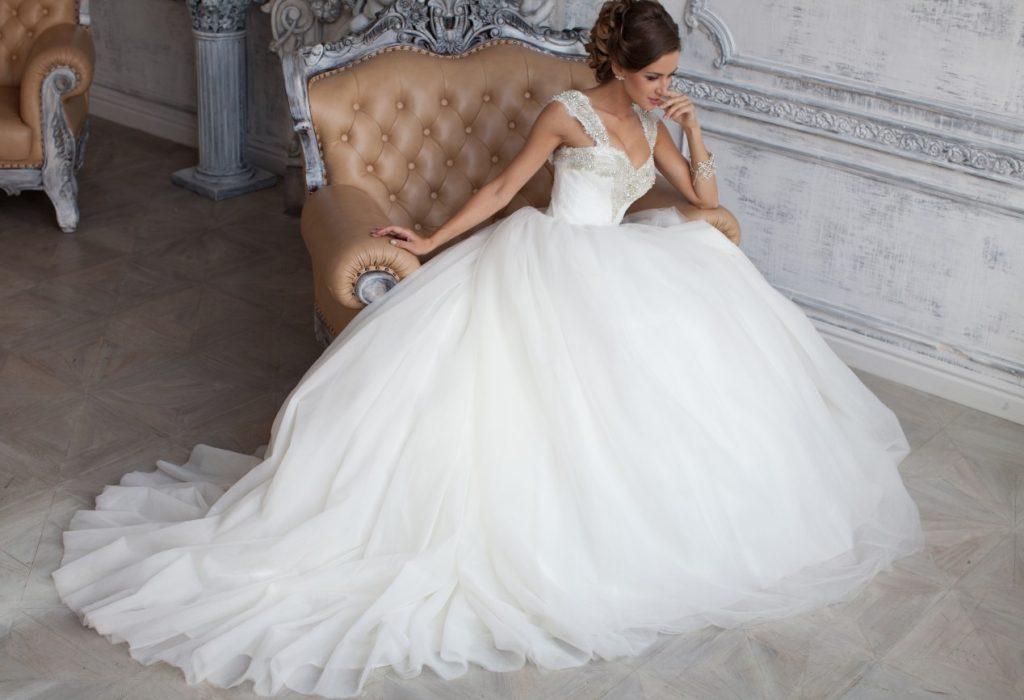 Hochzeitskleid mit weitem Rock aus Chiffon mit eng sitzender Korsage und reichen Stickereien. (#3)
