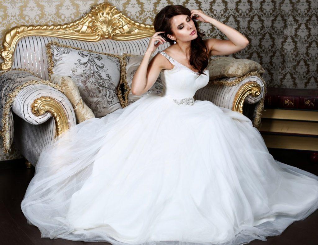 Das enge Oberteil dieses Hochzeitkleids mit tiefem Ausschnitt, bauschigem Rock und glitzernden Details im Prinzessinnenstil. (#8)