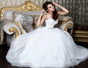 Das enge Oberteil dieses Hochzeitkleids mit tiefem Ausschnitt, bauschigem Rock und glitzernden Details im Prinzessinnenstil. Wer möchte bei diesem Hochzeitskleid an Budgetgrenzen denken? (#2)