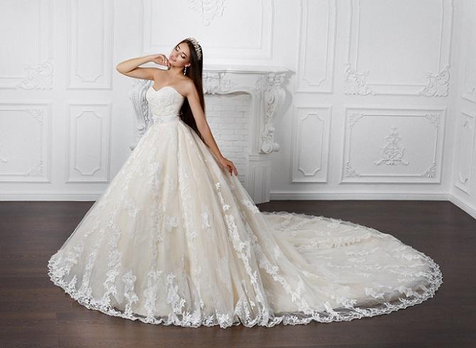 Mode für eine Hochzeit muss sich deutlich von Kleidung im Stil gewöhnlicher Abendkleider unterscheiden. Neben der hellen Farbe spielen daher auch Accessoires eine wichtige Rolle. Für eine Braut, die wie eine Prinzessin aussehen möchte, ist der Schleier unverzichtbar. (#03)