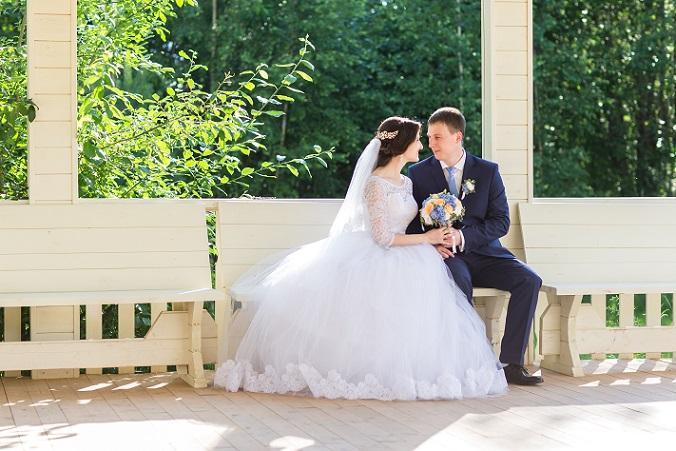 Beim Design haben Bräute die Wahl zwischen einem ärmellosen Modell, welches mit einer Jacke oder einem Tuch kombiniert wird, und einem A-Linien-Kleid mit kurzen Ärmeln. Ebenfalls typisch für Brautkleider im Stil von Disney ist die Verwendung von Spitze.(#01)