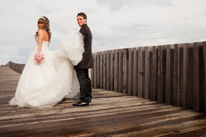Hochzeitskleider mit einer langen Schleppe sind ein märchenhafter Traum für die Braut und verleihen ihr eine stilvolle Eleganz. Die Schleppe führt den Stil des Hochzeitskleides fort und gleitet der Braut bei jedem Schritt über den Boden hinterher. (#02)