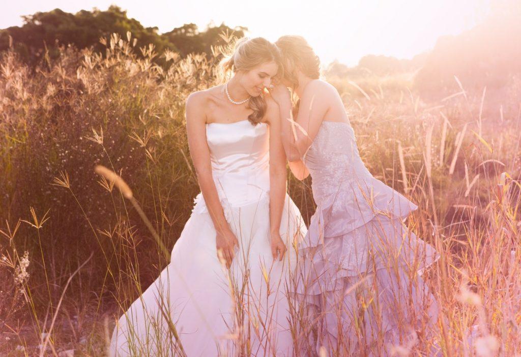 Korsagenkleider als Hochzeitskleider sind Figurschmeichler. Dieses hier hat ein schimmerndes Oberteil aus Satin. (#14)