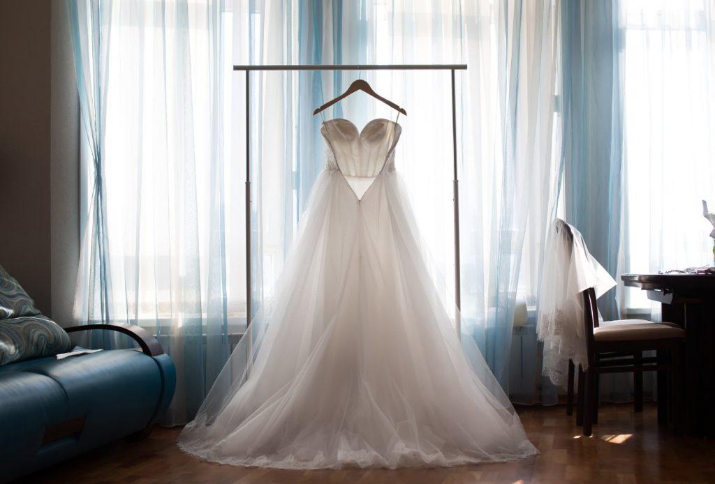 Schlichte Brautmode ganz grandios: Etuikleid oder Cocktailkleid in cremweiß. (#2()
