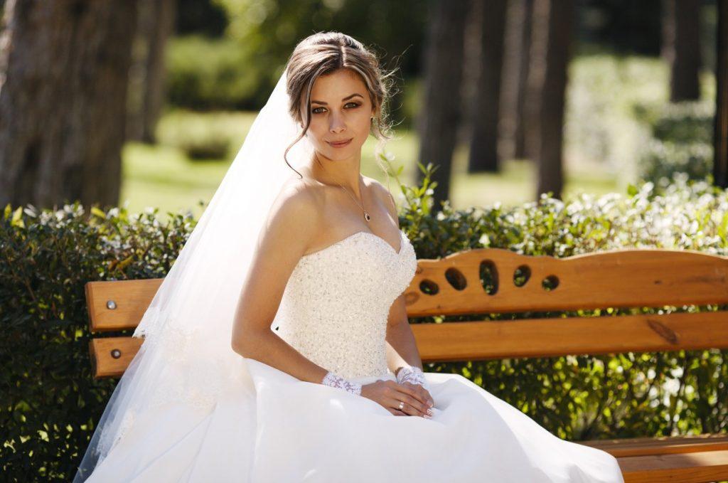 Sinnlichkeit und Grandezza kombiniert dieses Hochzeitskleid. Viel femininer Charme umgarnt den Bräutigam. Das Oberteil ist auf Figur geschnitten und formt eine wunderschöne Büste, ähnlich einem klassischen Cocktailkleid. (#11)