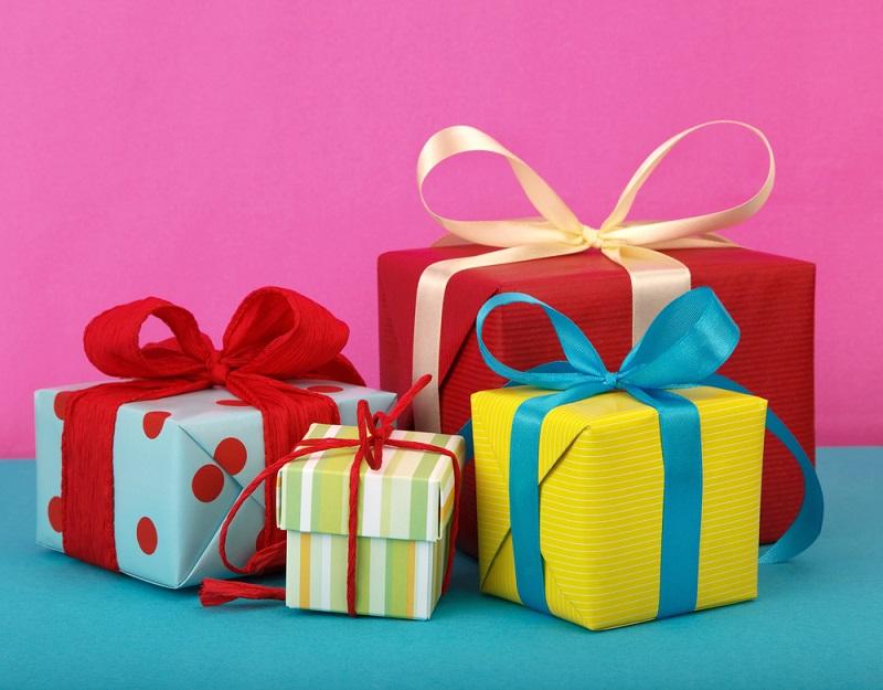 Bei dreimal falschem Raten je Geschenk muss die Braut jedoch ein Kleidungsstück ausziehen. Der Abend kann also interessant werden.(#03)