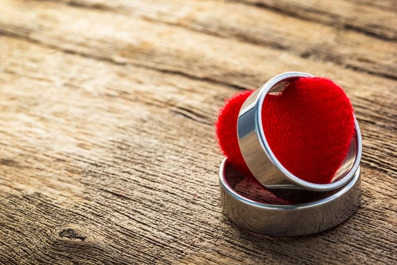 Die linke Hand wurde für den Verlobungsring ausgewählt, weil laut traditionellem Volksglauben eine Liebesader von hier bis direkt zum Herzen führt. (#01)