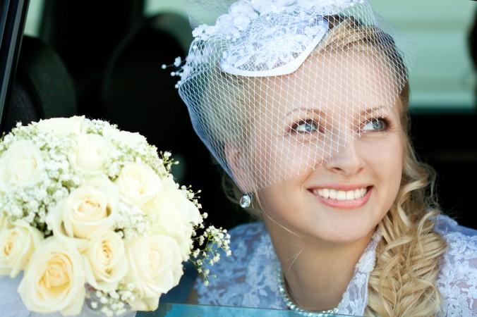 Sie haben keine Lust auf eine klassiche Brautfrisur mit Schleier? Dann ist vielleicht ein Fascinator oder eine Art Headpieces eine Alternative für Sie. Damit ist Ihre Frisur nicht nur modisch und stylisch, sondern verbindet den klassichen Schleier modern und individuell mit dem passenden Brautkleid. Wagen Sie es, es wird sich lohnen! (#6)