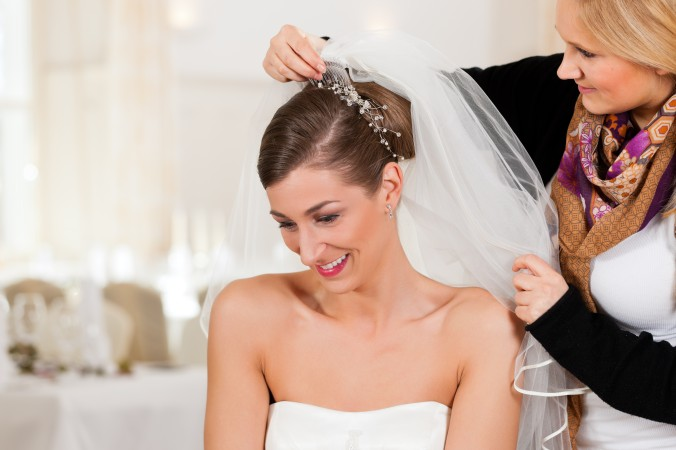 Der halblange Schleier gilt als der vielseitigste Schleier überhaupt. Er ist etwa schulterlang, oder minimal länger und umspielt so gekonnt die Frisur, die Schultern und das Kleid. Mit einem Kamm festgesteckt, ein echter Allrounder für jede Brautfrisur. (#5)