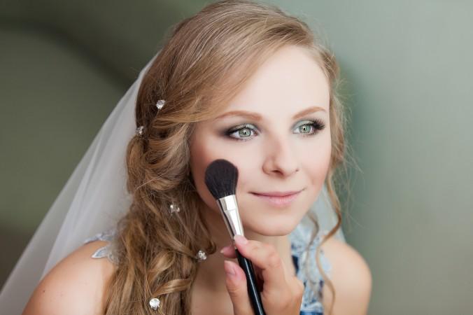 Ganz egal, ob sie sich für einen Friseur vor Ort oder einen Makeup- und Hair-Artist zu Hause entscheiden, in jedem Fall sollte das Probestecken der Brautfrisur mit einem Schleier geschehen. Wird Ihr Schleier erst bestellt, können Sie in Ihrem Brautmodenfachgeschäft einen Schleier zum Probestecken ausleihen. (#4)