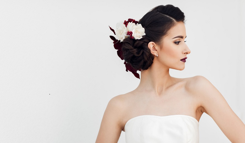 Eine individuelle Hochsteckfrisur an der Hochzeit mit Blumen im Haar. (#01)