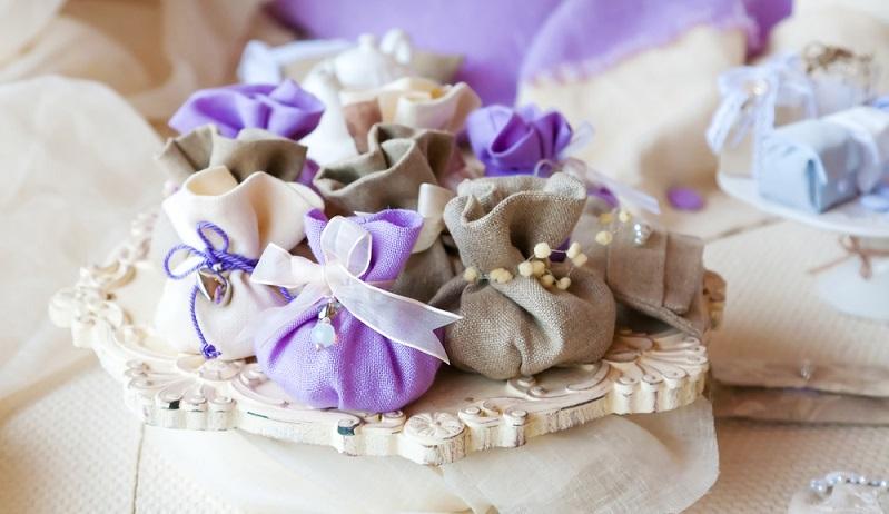Die Frage, ob es Gastgeschenke geben soll, stellt sich nun. Sehr gerne werden kleine Säckchen mit Mandeln oder auch Schokolinsen verteilt.  (#04)