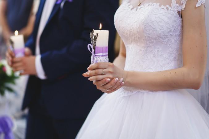 In einigen Ländern gibt es den Brauch, dass das Brautpaar zwei Kerzen erhält. Diese sind meist kleiner oder manchmal auch lang und schmal - oftmals gestaltet mit Blumen und Bändern. Ein tolle Alternative zu den klassischen selbstgemachten Hochzeitkerzen, und in jedem Fall schnell und einfach hergestellt. (#2)
