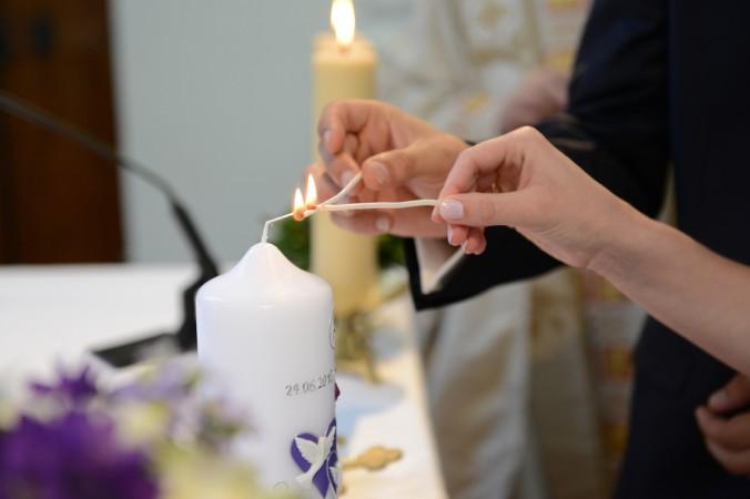 Ein besonders schöner und atemberaubender Moment ist es, wenn während der Zeremonie die selbstgemachte Hochzeitskerze vom Brautpaar gemeinsam angezündet wird. (#1)