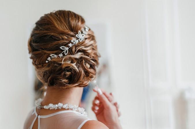 Egal ob die Braut die Haare offen oder als Hochsteckfrisur tragen möchte, in jedem Fall ist auf die richtige Pflege zu achten. Diese sollte schon Wochen vor der Hochzeit starten. Mit ungepflegten Haaren wirkt eine Frisur schnell strohig. In den Tagen vor der Hochzeit sollten aber keine Spülungen oder Kuren mehr benutzt werden. (#6)
