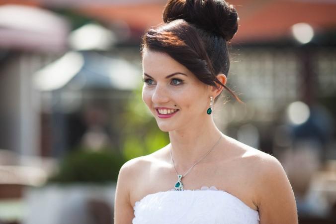 Die wohl klassischste Hochzeitsfrisur für lange Haare ist der Dutt. Er zeichnet sich dadurch aus, dass die Haare zu einem Knoten zusammen gezwirbelt werden. Bei Brautfrisuren wird der Dutt üblicherweise als Hochsteckfrisur seitlich oder oben am Hinterkopf getragen und befestigt. (#1)